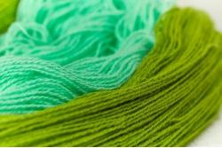 Пряжа цветная для ручного вязания в пасмах